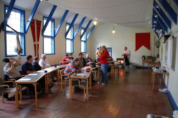 skolsittning-i-matsalen-äventyrens-ö