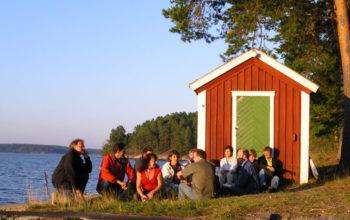 Teambuilding-och-samtal-vid-vattnet-på-Äventyrens-Ö