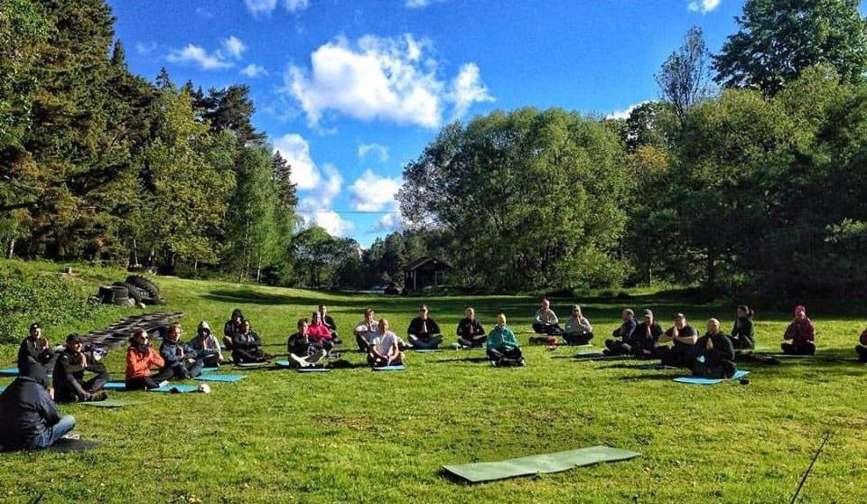 Yoga-och-meditation-på-äventyrens-ö-1